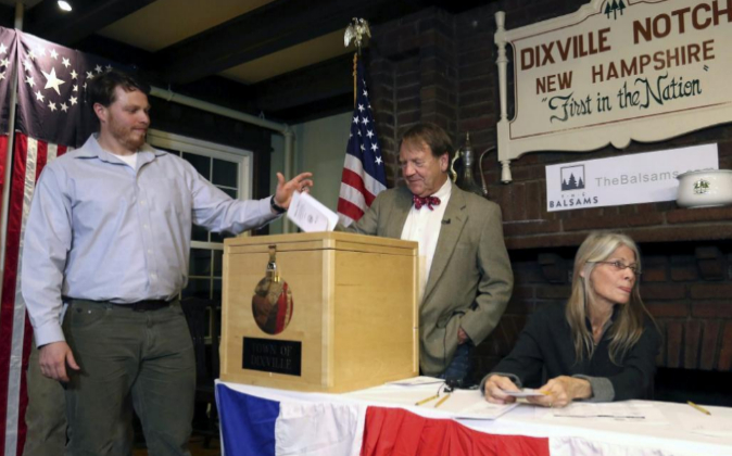 Clay Smith ha sido el primer votante en depositar su papeleta para las...