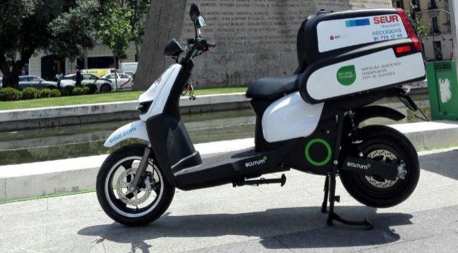Moto eléctrica empleada por Seur en el servicio de entregas urgentes...