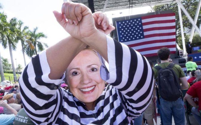 Una seguidora del partido republicano vestida con un traje de...