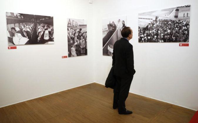 """Un hombre observa las fotografías de la exposición """"Iberia, 70..."""