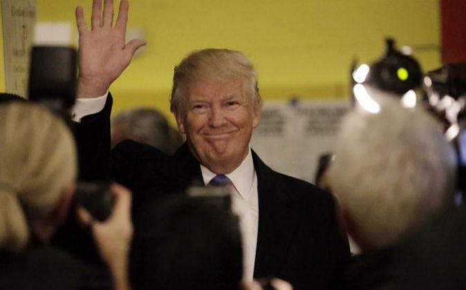 Trump saluda a sus simpatizantes después de votar en la ciudad de...