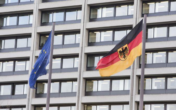 Banderas de la UE y Alemania en la sede del Bundesbank.