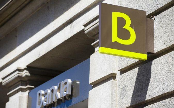Carteles de la fachada de una sucursal de Bankia.
