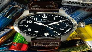 Reloj concebido a lo grande tanto por su caja de acero (46 mm) como la...