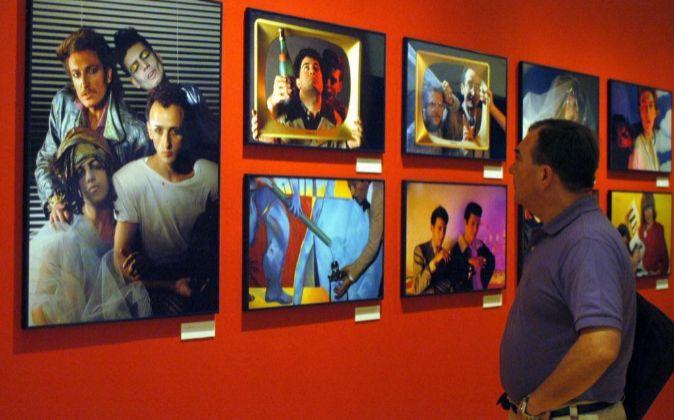 Un hombre contempla algunas de las imágenes incluidas en la...