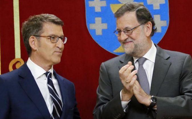 Alberto Núñez Feijóo (i), tras prometer su cargo como presidente de...