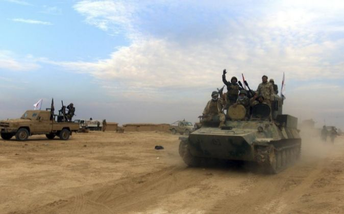 Combatientes iraquíes chiíes de la brigada de Abbas toman parte en...