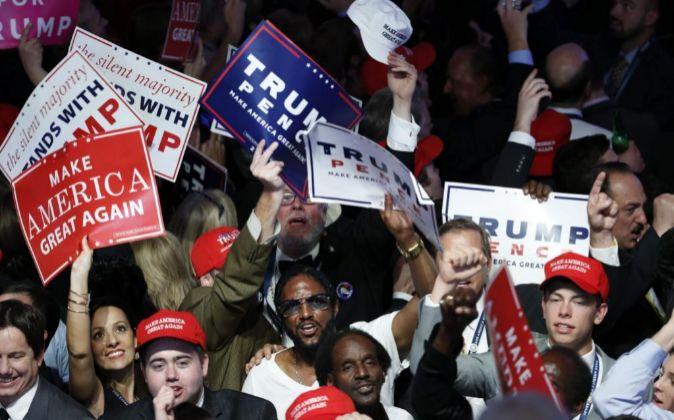 Simpatizantes de Donald Trump celebran su victoria, el pasado martes,...
