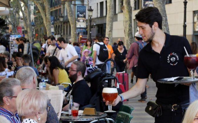 Un camarero atiende en una terraza de Barcelona.