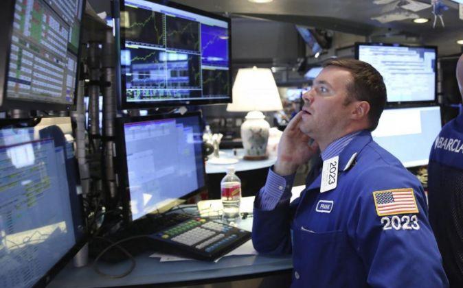 Agentes de cambio y bolsa trabajan en el parqué de Nueva York.