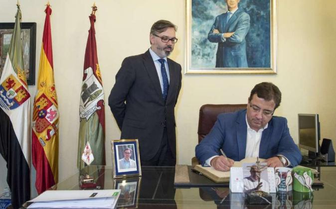 El alcalde de Plasencia, Fernando Pizarro, junto a Fernández Vara en...