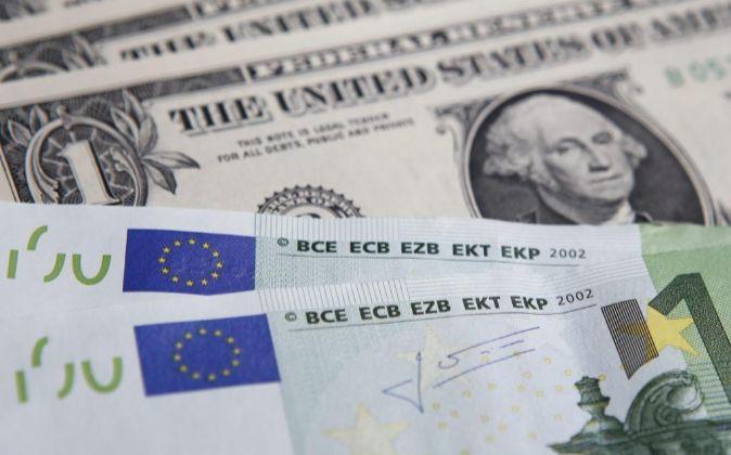 Billetes de un dólar y de 100 euros