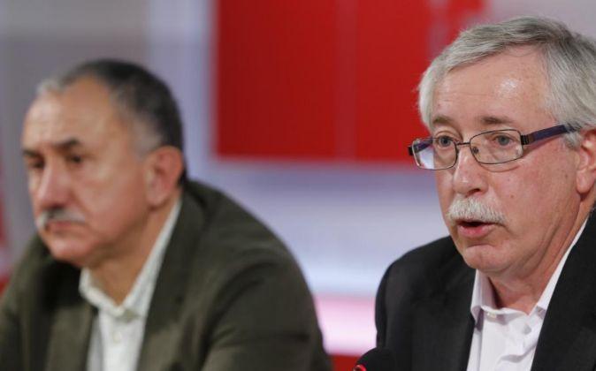 Los secretarios generales de CCOO, Ignacio Fernández Toxo (d), y de...