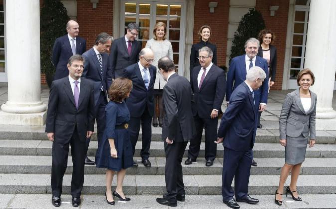 Los nuevos ministros charlan durante la foto de familia antes de...