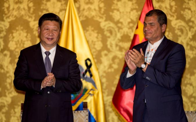El presidente de China, Xi Jinping, junto al mandatario ecuatoriano,...