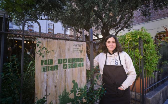 Ana Peláez a la entrada del local