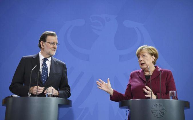 La canciller alemana, Angela Merkel (d), y el presidente del gobierno...