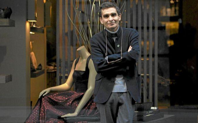 El diseñador Adolfo Dominguez junto a uno de sus establecimientos.