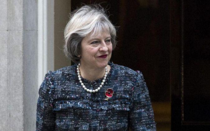 La primera ministra británica, Theresa May espera la llegada del...