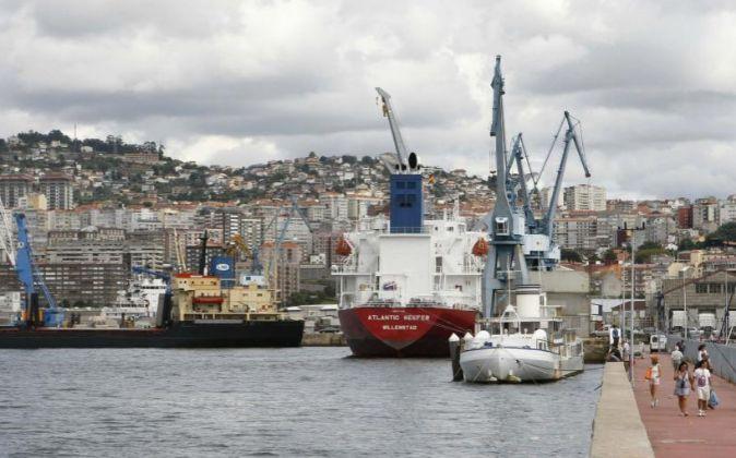 Vista de un barco contenedor en el puerto de Vigo.
