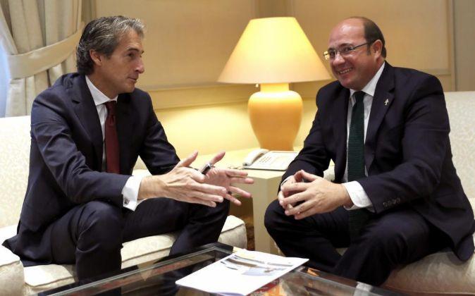 El ministro de Fomento, Íñigo de la Serna, se ha reunido con el...