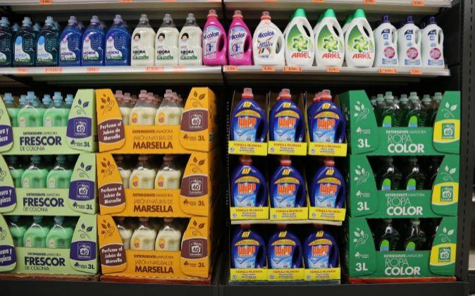 Productos en las estanterías de Mercadona.