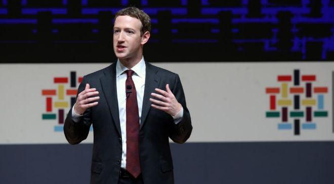 El fundador de Facebook, Mark Zuckerberg,durante la reunión de...