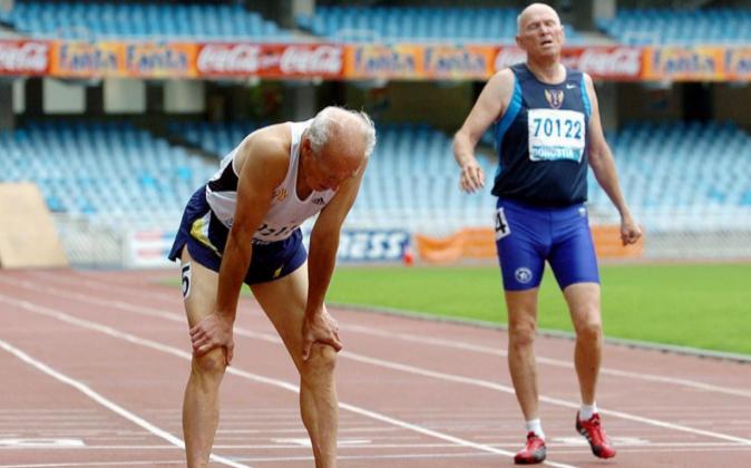 Dos atletas se recuperan del esfuerzo tras su participación en la...