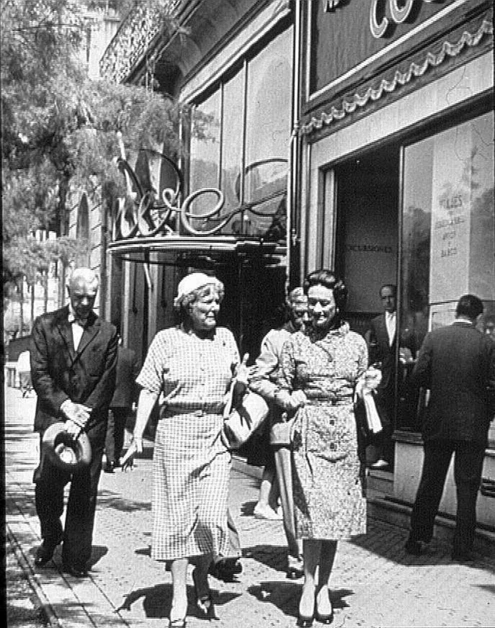 En 1963, abre su primera tienda en el extranjero, concretamente en...