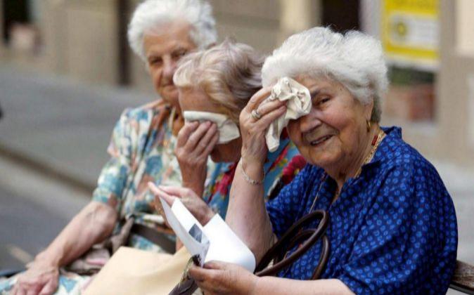 Fotografía de archivo. Jubiladas sentadas en un banco.