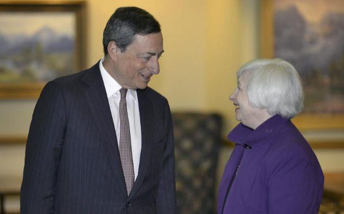 Imagen de archivo de Mario Draghi, presidente del BCE, y Janet Yellen,...