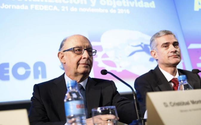 El ministro de Hacienda y Función Pública Cristóbal Montoro, junto...