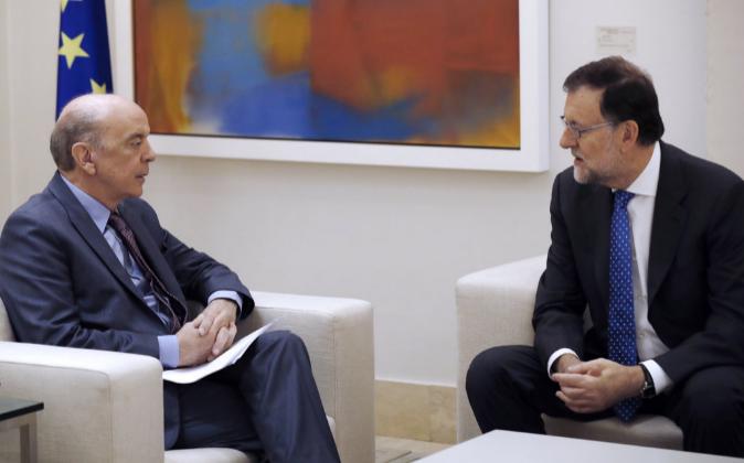 El presidente del Gobierno, Mariano Rajoy (dcha.), durante la reunión...