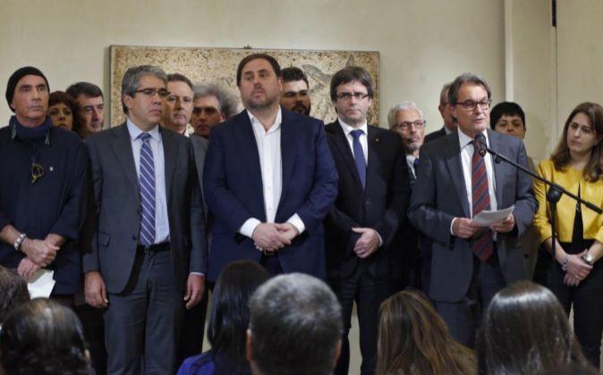 El portavoz de PDECat, Francesc Homs (2i), acompañado del diputado de...