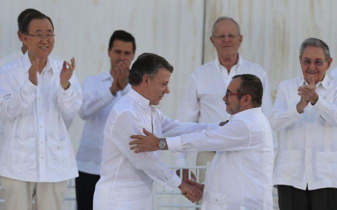 El presidente de Colombia, Juan Manuel Santos y líder de las FARC,...