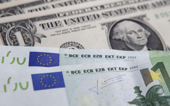Billetes de 1 dólar y de 100 euros.