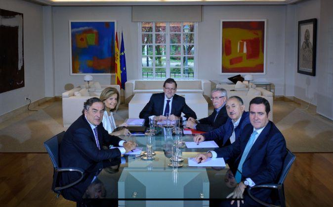De izdaq. a dcha. el presidente de la CEOE, Juan Rosell, la ministra...