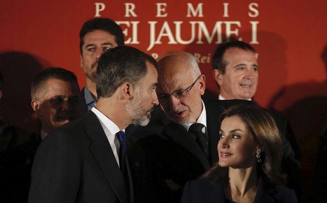 Los reyes Felipe y Letizia conversan con el presidente de Mercadona,...