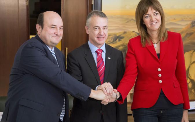 El presidente del PNV, Andoni Otuzar (i), el lehendakari en funciones,...