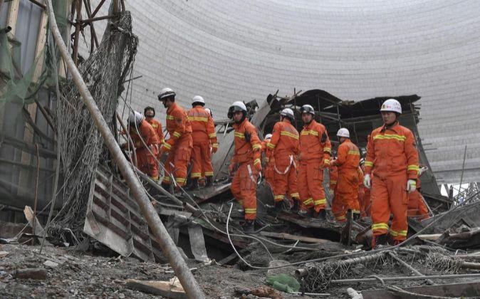 Miembros de rescate chinos participan en la búsqueda de los...