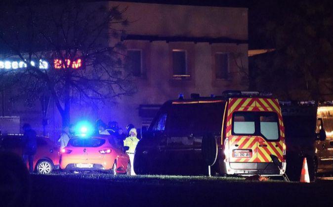 Las autoridades trabajan en el área donde una mujer fue hallada...