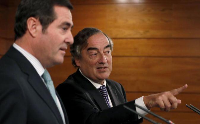 Los presidentes de la patronal CEOE y Cepyme, Juan Rosell (d) y...