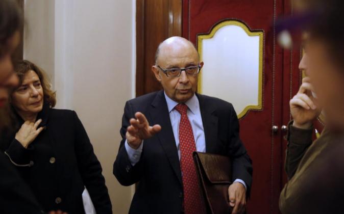 El ministro de Hacienda, Cristóbal Montoro, conversa con periodistas...