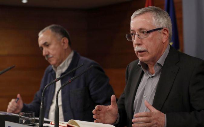 Los secretarios generales de UGT, Pepe Álvarez,iz., y de CCOO,...