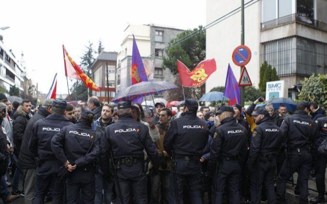 Castristas y disidentes se han enfrentado hoy ante la embajada de Cuba...