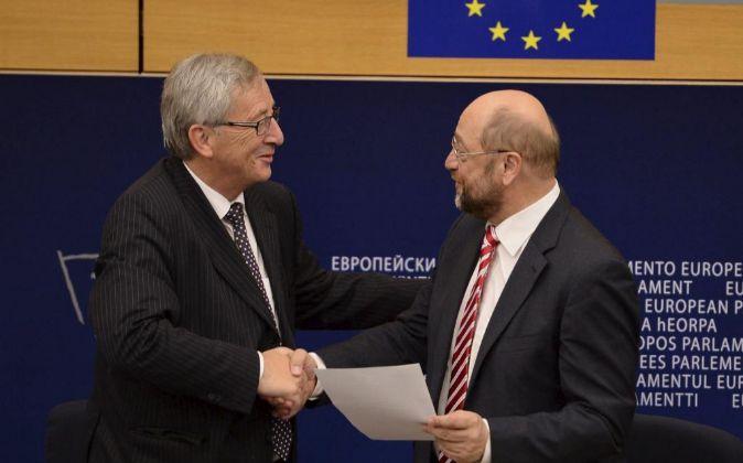 El presidente del Parlamento Europeo (PE), Martin Schulz (d), y el...