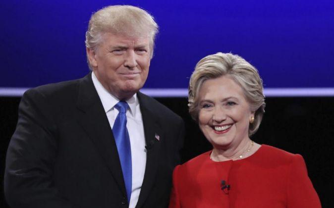 La candidata demócrata a la presidencia, Hillary Clinton (d), y el...