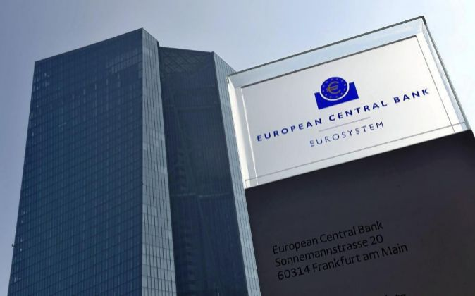 Logotipo del Banco Central Europeo (BCE) en su sede de Fráncfort,...