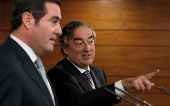 os presidentes de la patronal CEOE y Cepyme, Juan Rosell (d) y Antonio...