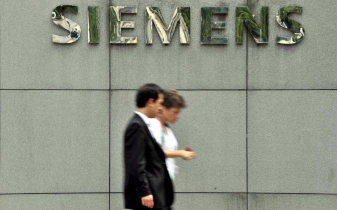 Dos personas caminan por delante de la sede del grupo tecnológico...
